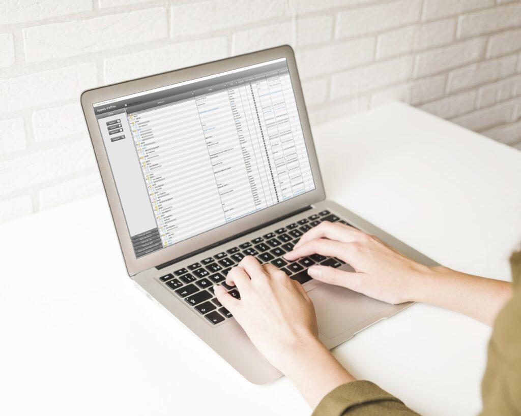 ordinateur et personne qui travaille sur gestactiv'2 l'erp de gestion d'affaires